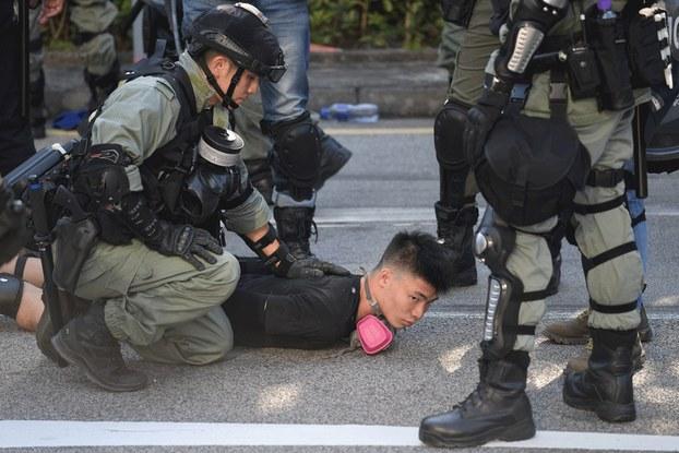 Hình minh họa. Cảnh sát Hong Kong bắt giữ một người biểu tình hôm 21/9/2019
