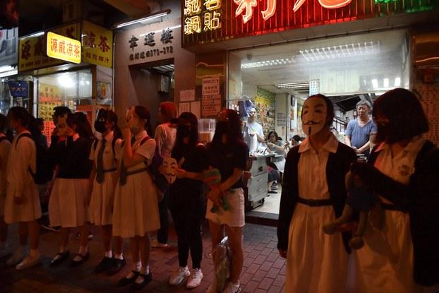 Sinh viên và người biểu tình nắm tay tạo thành một hàng rào người trên phố ở Hong Kong hôm 18/10/2019