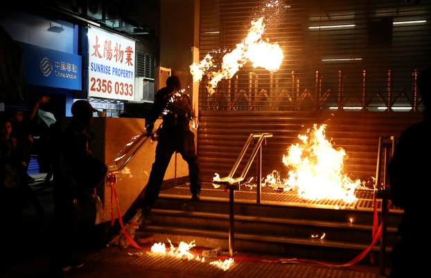 Một người mặc trang phục đen giống người biểu tình ném bom xăng vào trạm tàu điện ngầm ở quận Hung Hom, Hong Kong hôm 1/12/2019.