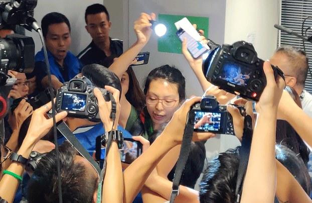 Nhà báo nữ đọc tuyên bố tại họp báo của cảnh sát Hong Kong hôm 28/10/2019