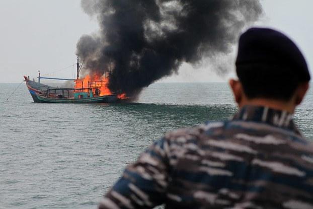 Binh sĩ hải quân Indonesia quan sát các tàu cá bị thiêu hủy ngày 18 tháng 8, 2015