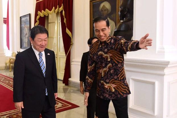 Hình chụp hôm 10/1/2020 từ Phủ Tổng thống Indonesia: cuộc gặp giữa Ngoại trưởng Nhật Toshimitsu Motegi (trái) và Tổng thống Indonesia Joko Widodo (phải)