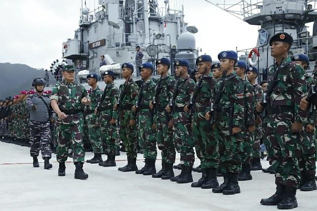Hình minh hoạ. Hình do Lực lượng Vũ trang Indonesia cung cấp hôm 3/1/2020 cho thấy tư lệnh vùng 1, Phó đô đốc Yudo Margono (hàng trên bên trái) đang duyệt quân ở căn cứ quân sự Natuna trên đảo Riau.