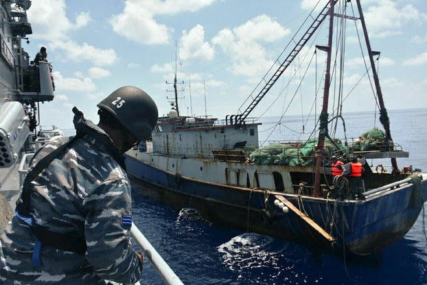 Hình minh hoạ. Hình do Hải quân Indonesia cung cấp hôm 21/6/2016: tàu chiến của Indonesia chặn một tàu cá của Trung Quốc ngoài khơi Natuna