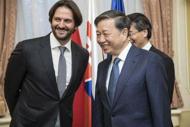 Cựu Bộ trưởng Nội vụ Slovakia, Robert Kalinak (trái) và Bộ trưởng  Công an Việt Nam Tô Lâm ở Bratislava hôm 26/7/2017
