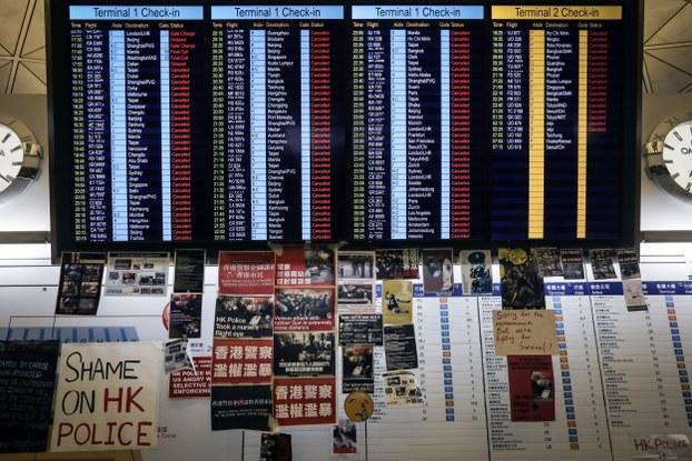 Một bảng báo các chuyến bay bị hủy tại Sân bay Hong Kong ngày 12/8/2019
