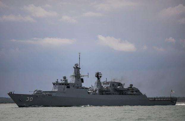 """Hình minh họa. Tàu chiến của Hải quân Malaysia """"KD Lekui"""" tham gia một cuộc diễn tập cứu nạn với tàu USS John S. McCain của Mỹ ngoài khơi Malaysia hôm 24/8/2017"""