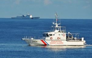 Tàu cảnh sát biển Trung Quốc và Philippines.