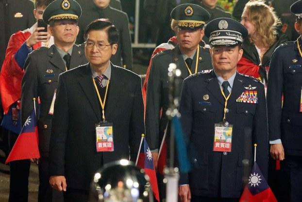 Tướng Thẩm Nhất Minh (phải) trong lễ chào cờ ngày 1/1/2020