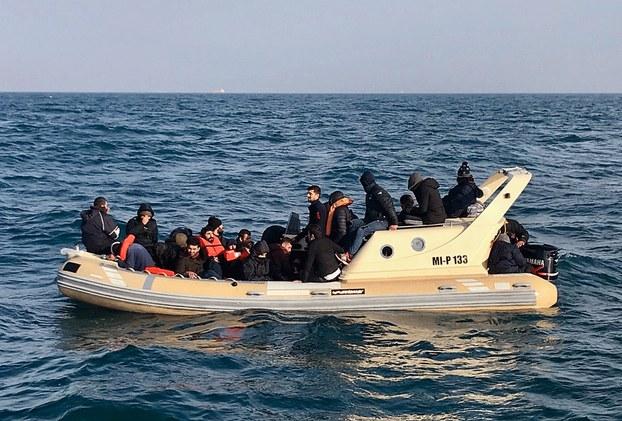 Hình minh  họa. Hình chụp hôm 18/2/2018: các nhân viên Anh cứu khoảng 20 người vượt biển trên một chiếc tàu nhỏ vượt eo biển Manche.