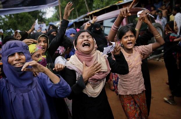 Hình minh họa. Những người phụ nữ Rohingya khóc và hô khẩu hiệu trong một cuộc biểu tình kỷ niệm một năm quân đội Myanmar tiến hành chiến dịch trấn áp nhằm vào người Hồi giáo Rohingya. Hình chụp hôm 25/8/2017 ở trại tị nạn Kutupalong, Bangladesh