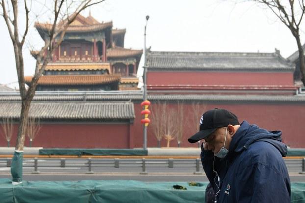 Một người đeo khẩu trang ở Bắc Kinh hôm 13/2/2020.