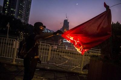 Một người biểu tình đốt cờ Trung Quốc vào ngày 1 tháng 10,2019.