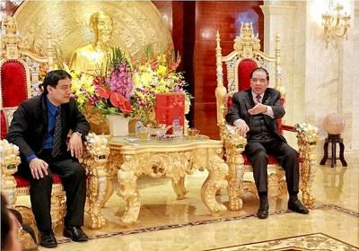 Nguyên TBT đảng CSVN, Nguyễn Phú Trọng (phải) sống ttrong cảnh xa hoa khi đã về hưu.