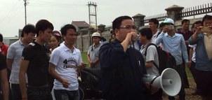 Linh mục Anton Đặng Hữu Nam và những người dân Nghệ An đi kiện Formosa hôm 18/10/2016.