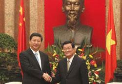 Chủ tịch nước Trương Tấn Sang (P) tiếp Phó chủ tịch TQ Tập Cận Bình tại Hà Nội hôm 21/12/2011. AFP photo