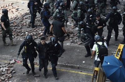 Cảnh sát bắt giữ những người biểu tình khi họ cố gắng rời khỏi Đại học Bách Khoa Hong Kong vào ngày 18 tháng 11,2019.