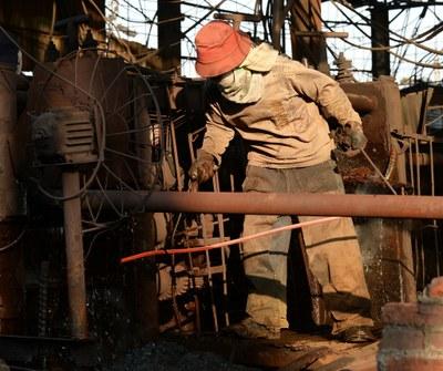 Một công nhân ở nhà máy thép tư nhân tại Việt nam (Ảnh minh họa).