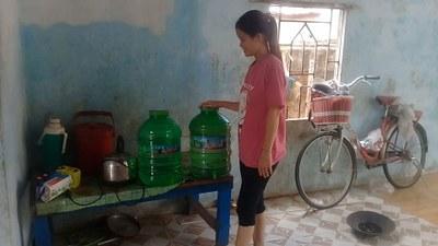 Nước uống bị nhiễm mặn nên giờ nhà nào cũng phải mua nước lọc về dùng
