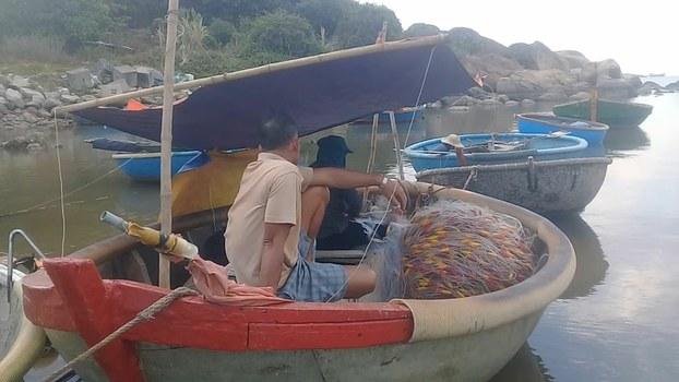 Người dân thôn Sơn Trà chờ chính quyền địa phương giải quyết nước sinh hoạt bị nhiễm mặn