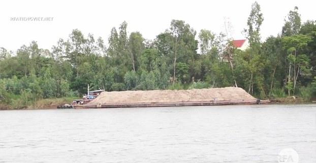 Sà lan khai thác cát trên sông Hậu