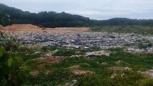 Bãi rác bốc mùi hôi thối khiến người dân ở xã Tam Xuân chịu không nổi