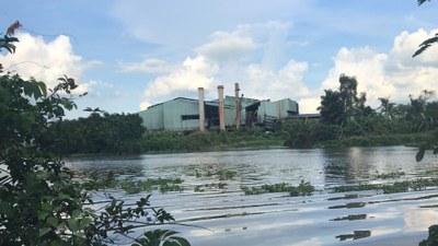 Một nhà máy nằm ven sông ở miền Tây.