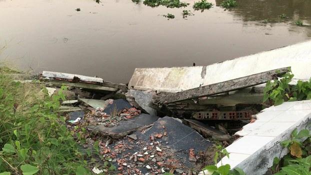 Hàng chục căn nhà đã trôi tụt xuống sông do sạt lở nghiêm trọng trong những năm gần đây ở An Giang