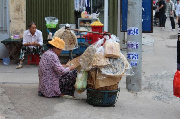 Một Cụ Bà bán bánh tráng tại Sài Gòn, ảnh minh họa.