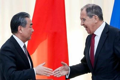 Hình minh họa. Ngoại trưởng Nga Sergey Lavrov (phải) bắt tay Bộ trưởng Ngoại giao Trung Quốc Vương Nghị tại Sochi, Nga hôm 13/5/2019