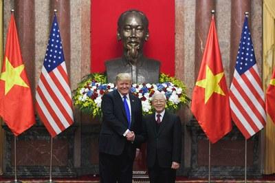 Hình minh họa. Tổng thống Mỹ Donald Trump bắt tay Chủ tịch Nguyễn Phú Trọng ở Hà Nội hôm 27/2/2019