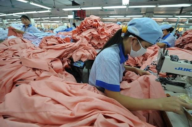 Hình minh họa. Công nhân nữ may áo trên một dây chuyền sản xuất tại một nhà máy ở Hà Nội hôm 21/10/2008