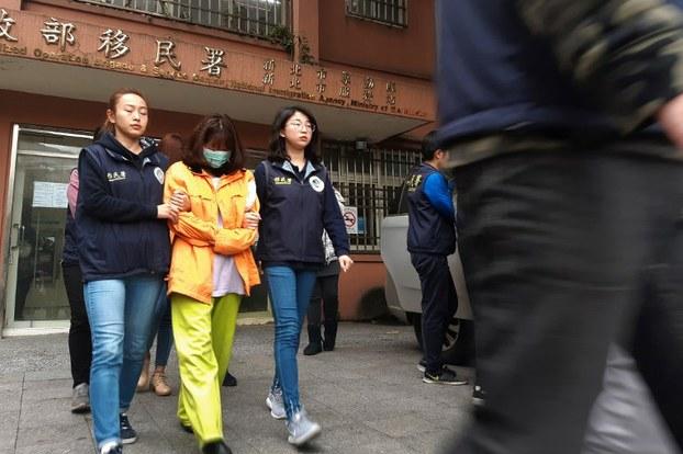 Hình minh họa. Nhân viên cơ quan di trú Đài Loan dẫn giải 2 phụ nữ trong số 152 người Việt Nam bỏ trốn ở Đài Loan hồi tháng 12/2018