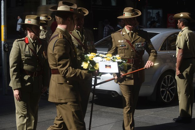Hình minh họa. Một người lính Australia (trái) đặt vòng hoa tại lễ kỷ niệm 50 năm lễ tưởng niệm các cựu binh tham gia chiến trường Việt Nam ở Sydney hôm 18/8/2016