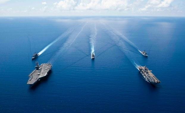 Tàu sân bay USS Ronald Reagan (trái) và tàu tấn công đổ bộ USS Boxer (phải) và các tàu hộ tống tại Biển Đông ngày 6 tháng 10 năm 2019.
