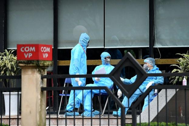 Hình minh hoạ. Các nhân viên y tế ngồi đợ bên trong một khu cách ly bệnh COVID-19 ở Thanh Trì, Hà Nội hôm 20/3/2020