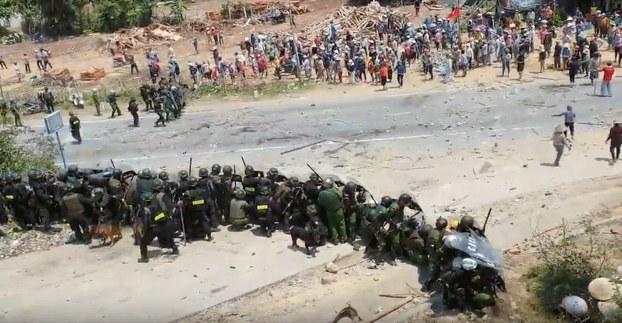 Ảnh chụp màn hình: Cảnh sát cơ động vây bắt người dân phản đối việc tập trung rác ở địa phương thôn La Vân, xã Phổ Thạnh, huyện Đức Phổ, tỉnh Quảng Ngãi hôm 13/3/2020.