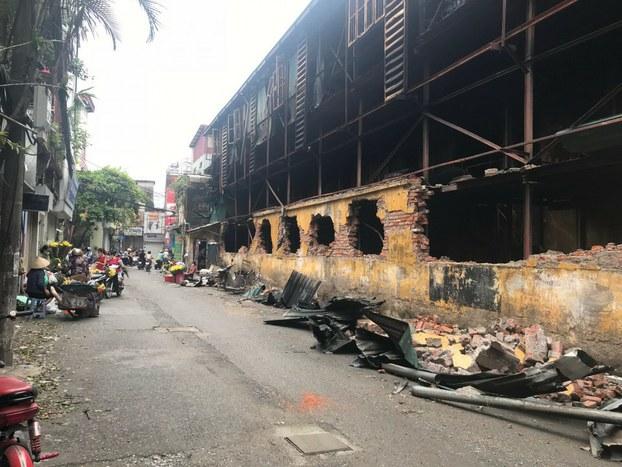 Hiện trường bên ngoài nhà kho sau vụ cháy nhà máy bóng đèn phích nước Rạng Đông ở Hà Nội.