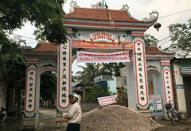 Hình minh  họa. Cổng làng Hoành, xã Đồng Tâm, ngoại thành Hà Nội năm 2017
