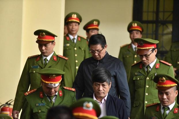 Cựu tướng Công an Phan Văn Vĩnh (đeo kính, giữa trên cùng) bị đưa ra tòa ở Phú Thọ hôm 30/11/2018.