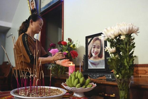 Hình minh hoạ. Một người thân trong gia đình thắp hương cho nạn nhân Bùi Thị Nhung ở Nghệ An hôm 26/10/2019