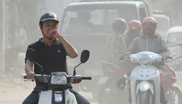 Hình minh hoạ. Người đi đường ở Hà Nội che mũi. Hình chụp hôm 1/10/2019