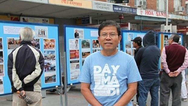 Nhà hoạt động dân chủ người Úc gốc Việt, ông Châu Văn Khảm (ở giữa) bị Công an Việt Nam bắt giữ.