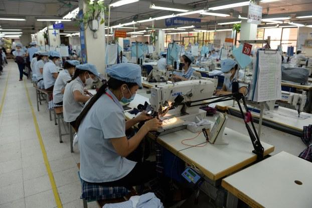 Ảnh minh họa: Công nhân làm việc tại một nhà máy sản xuất hàng may mặc.