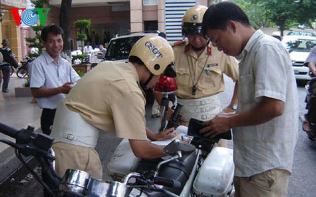Ảnh minh họa. CSGT lập biên bản xử lý một trường hợp vi phạm an toàn giao thông.
