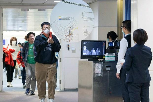 Hình minh họa. Hình chụp hôm 13/1/2020: nhân viên Trung tâm kiểm soát dịch bệnh của Đài Loan (CDC) sử dụng máy quét kiểm tra hành khách đến từ Vũ Hán, Trung Quốc.