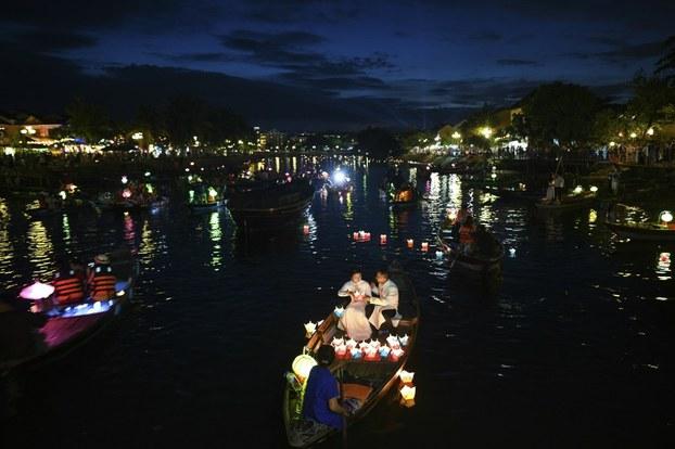 Thả đèn trên sông Thu Bồn ở Hội An nhân dịp Trung Thu vào ngày 13/9/2019.