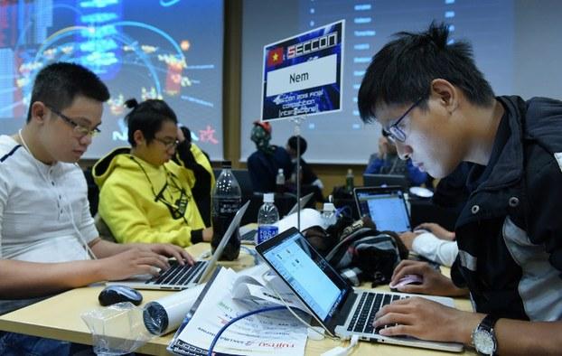 Sinh viên Việt Nam ở Nhật tham gia một cuộc thi với 18 đội đến từ nhiều nước tại Tokyo vào ngày 31 tháng 1 năm 2016.