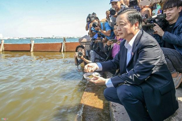 Bộ trưởng Tài nguyên Môi trường Trần Hồng Hà thị sát dự án tại hồ Tây.