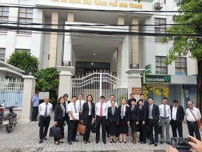 Luật sư Trần Vũ Hải (áo trắng đứng giữa) và các luật sư địa diện trước Tòa án Nhân dân thành phố Nha Trang hôm 13/11/2019
